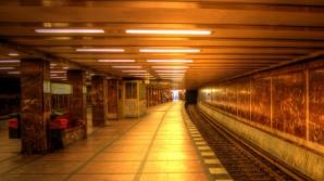 Circulaţie întreruptă la metrou. O femeie a căzut pe şine