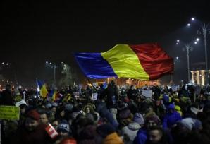 PROTESTE în Piaţa Victoriei! Sute de oameni îşi strigă nemulţumirile