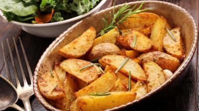Cum să faci cei mai fragezi cartofi ţărăneşti, ca la restaurant!