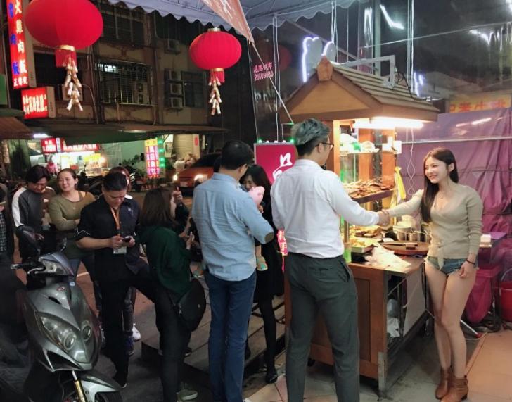 Clienții se îngrămădesc la cea mai sexy vânzătoare din oraș. Ce nu știu ei însă