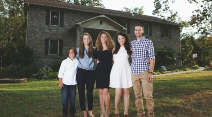 Mamă a 4 copii şi-a construit singură o casă, din tutoriale de pe Youtube