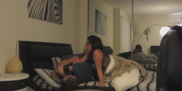 Şi-a prins mama în pat cu cel mai bun prieten. A mers la amic şi... ce a urmat a revoltat netul
