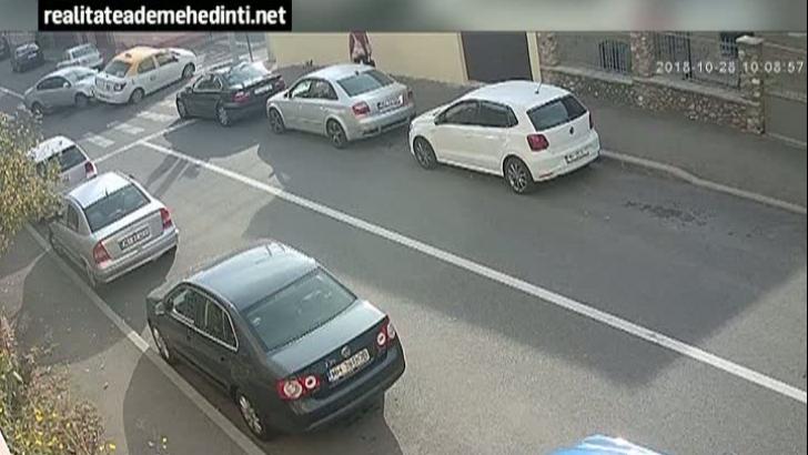 Accident, filmat în direct: Impactul a fost atât de violent încât mașina lovită s-a răsturnat