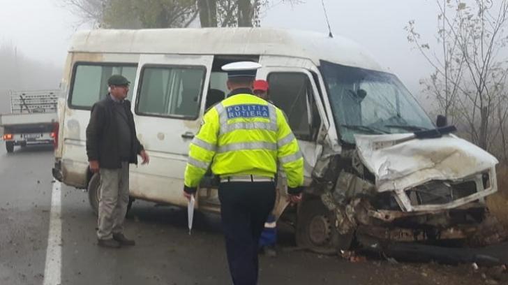 Accident cumplit în Tulcea: A intrat cu maşina într-un microbuz după care s-a răsturnat