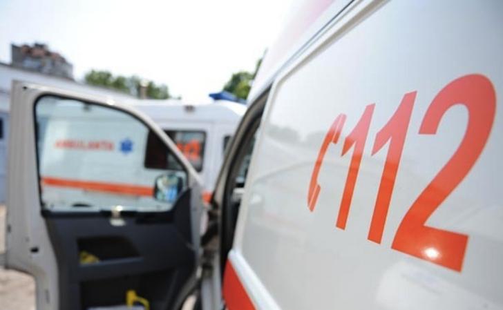Ambulanţa care transporta o fetiţă de 4 ani a fost implicată într-un accident