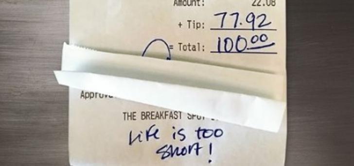 I-a lăsat un bacşiş URIAŞ, dar nimic nu se compară cu RESTUL cadoului primit de chelneriţă
