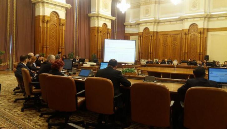 """Comisia juridică. Miniştrii şi parlamentarii, """"persoane expuse public"""" în legea spălării banilor"""