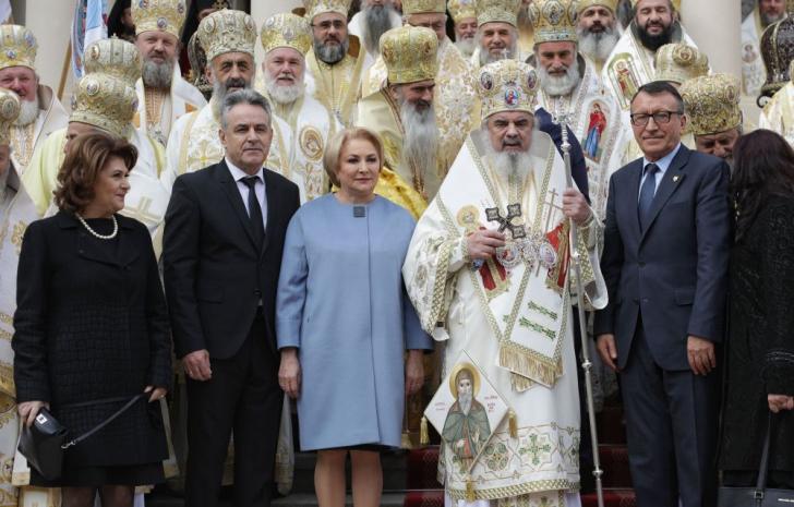 <p>Viorica Dăncilă la moaștele lui Dimitrie cel Nou și la slujba Patriarhului Daniel</p>