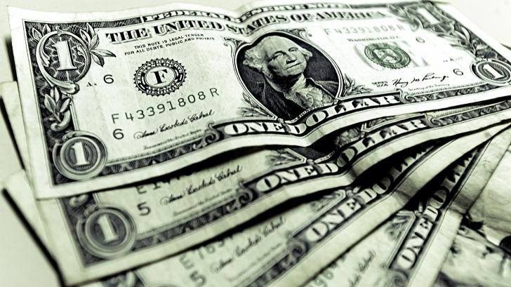 Dolarul atinge un nou maxim al ultimelor 16 luni