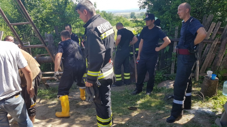Salvată de pompieri după ce a căzut într-o fântână(Video)
