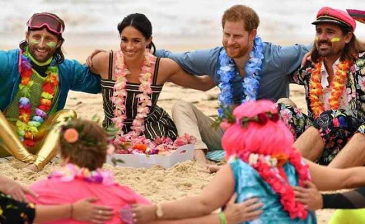 Prinţul Harry și soția sa, desculți pe plajă