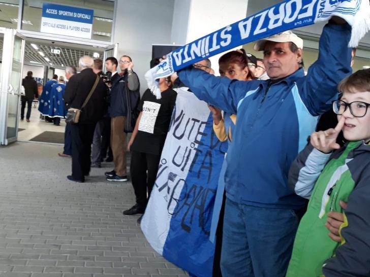 Imagini emoționante! Trupul lui Ilie Balaci, depus la stadion