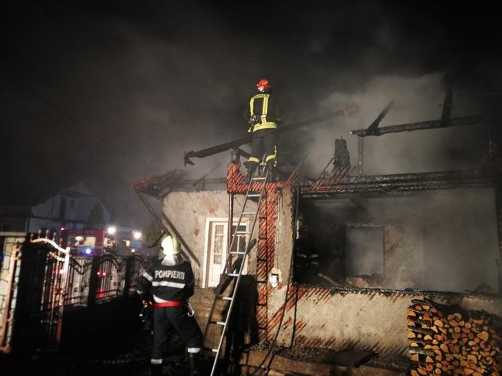 Incendiu într-un bloc cu 10 etaje în Cluj. 20 de oameni blocaţi la etajele superioare