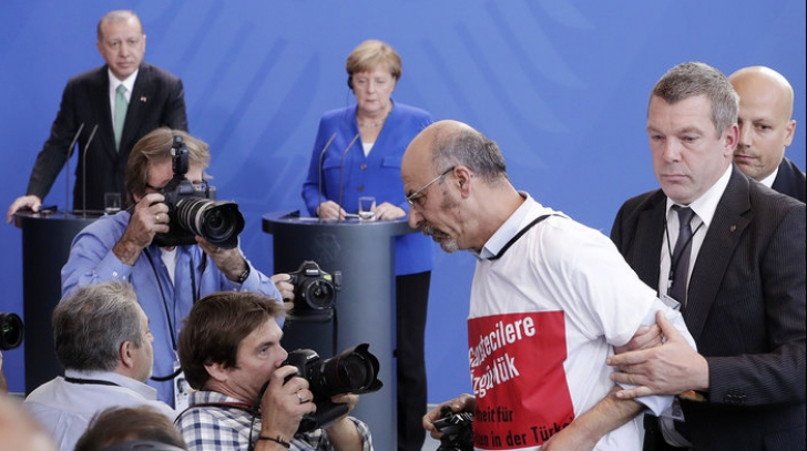 Ce se va întâmpla cu jurnalistul turc care a protestat în timpul vizitei lui Erdogan în Germania?