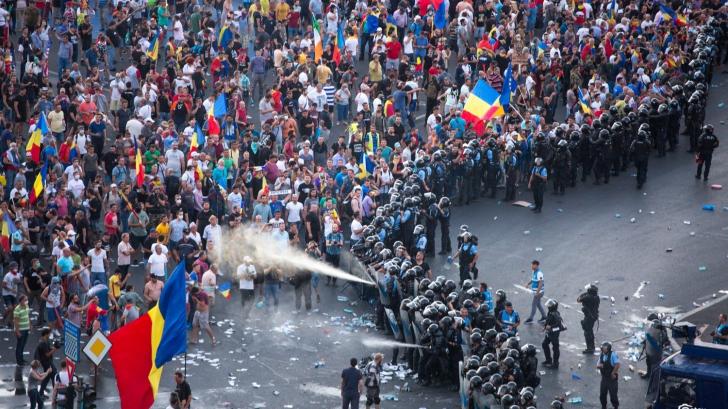 """Protestatari arestaţi pentru că au agresat jandarmi la """"Mitingul Diasporei"""" din 10 august"""