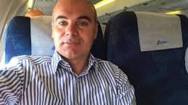 Rareş Bogdan, experienţă incredibilă în avion. Cui era să-i scape o geantă în cap