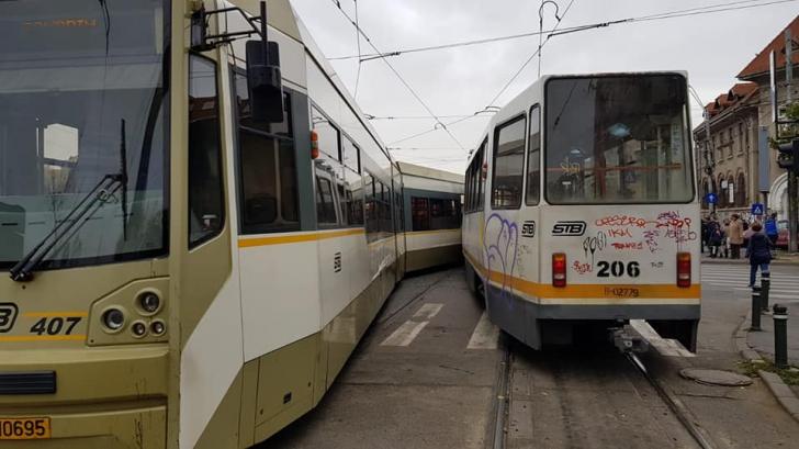 Două tramvaie s-au ciocnit în Bucureşti: o femeie, rănită