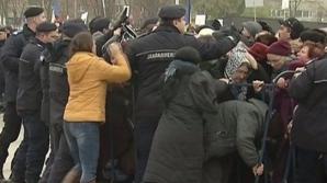 Îmbrânceli la Catedrala Mântuirii Neamului: Enoriaşii au rupt gardurile Jandameriei