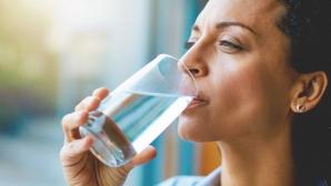 Mit demontat: Ce se întâmplă de fapt dacă bei apă când vrei să slăbeşti