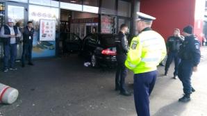 HAOS la un centru comercial! Un bărbat a intrat cu mașina în mulțime: mai multe victime