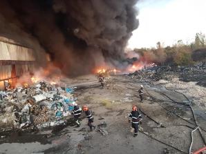 Incendiu la un depozit de mase plastice din Ploieşti. ISU le cere oamenilor să stea în case! / Foto: ISU Prahova