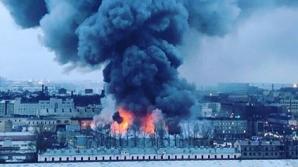 Incendiu violent într-un hipermarket: Sute de oameni, evacuaţi. O parte din acoperiş s-a prăbuşit
