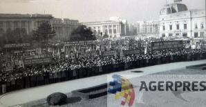 Multimea adunata in Piata Palatului, cu putin timp inainte de spargerea mitingului (21 decembrie 1989). Reproducere foto Agerpres