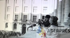 Imagine din alt unghi cu Nicolae si Elena Ceausescu, surprinsi in momentul spargerii mitingului (21 decembrie 1989). Reproducere foto Agerpres