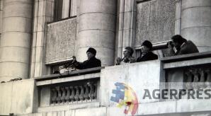 Nicolae si Elena Ceausescu, surprinsi din alt unghi, cu putin timp inainte de spargerea mitingului (21 decembrie 1989). Reproducere foto Agerpres