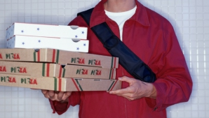 A livrat comanda, dar ce le-a cerut apoi băiatul cu pizza a şocat. Norocul lor că au filmat totul!