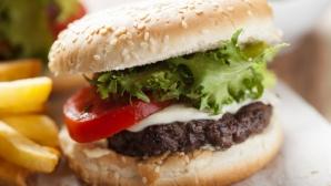 Ce se întâmplă la 10 minute după ce mănânci un hamburger. Organismul o ia razna!