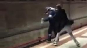 Un student vrâncean a salvat un om care încerca să se arunce în fața metroului