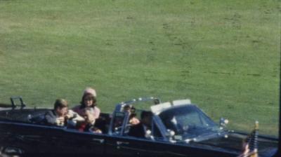 Captura din celebrul film al lui Zapruder: Kennedy, ranit de primul glont, cu doar cateva secunde inaintea glontului fatal