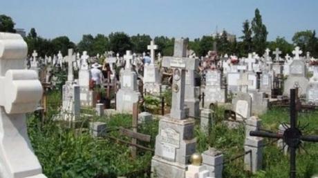 Ce a găsit o mămică la mormântul bebelușului ei. Femeia s-a prăbușit în cimitir