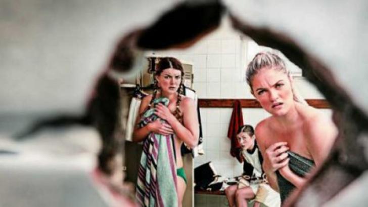 Un obsedat sexual a făcut o gaură în toaleta fetelor şi le-a filmat goale