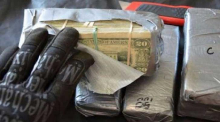 A cumpărat o maşină de poliţie, a desfăcut-o bucăţi. Ce a găsit în portieră a născut un mega-scandal