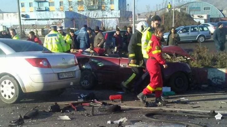 Impact devastator între o maşină şi un TIR cu fier vechi, în Mureş: un mort, 2 răniţi