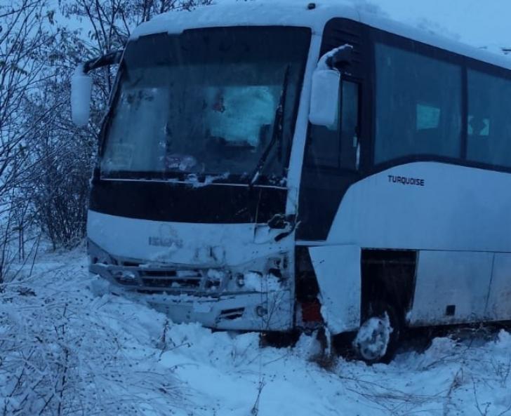 Microbuz cu 10 pasageri, accident pe un drum judeţean din Slatina. Doi răniţi (FOTO)