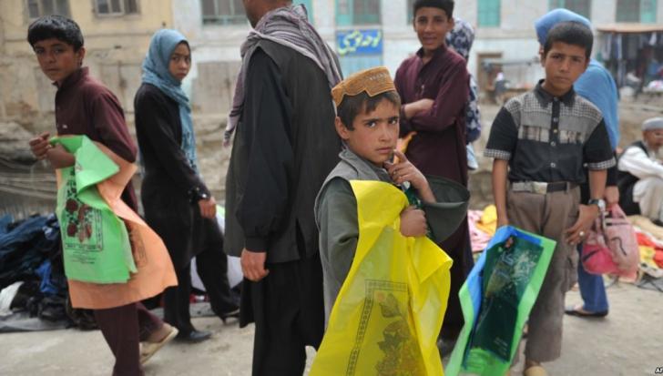 Situație cruntă! Afganii își vând copiii pentru a-și hrăni familiile