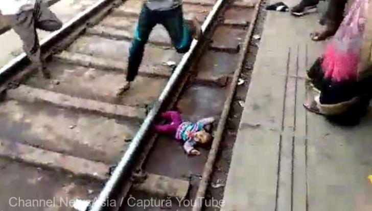 VIDEO Un copil mic a scăpat cu viață după ce a trecut trenul peste el