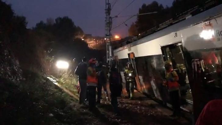 Tren deraiat la Barcelona, în urma unei alunecări de teren. Victime multiple