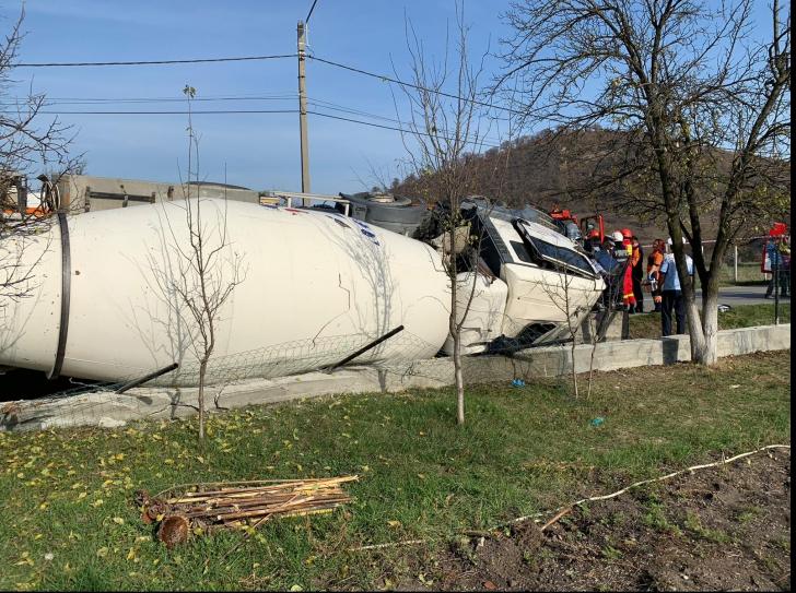 Betonieră răsturnată în localitatea Sărata din Bistrița-Năsăud. Șoferul, captiv în cabină
