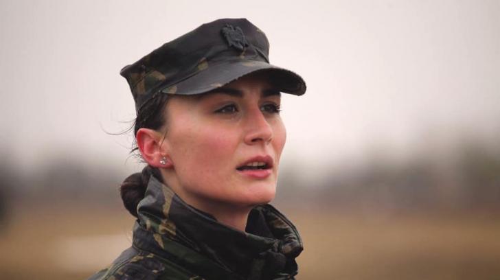 Divă în uniformă la comanda paradei de 1 Decembrie (GALERIE FOTO)