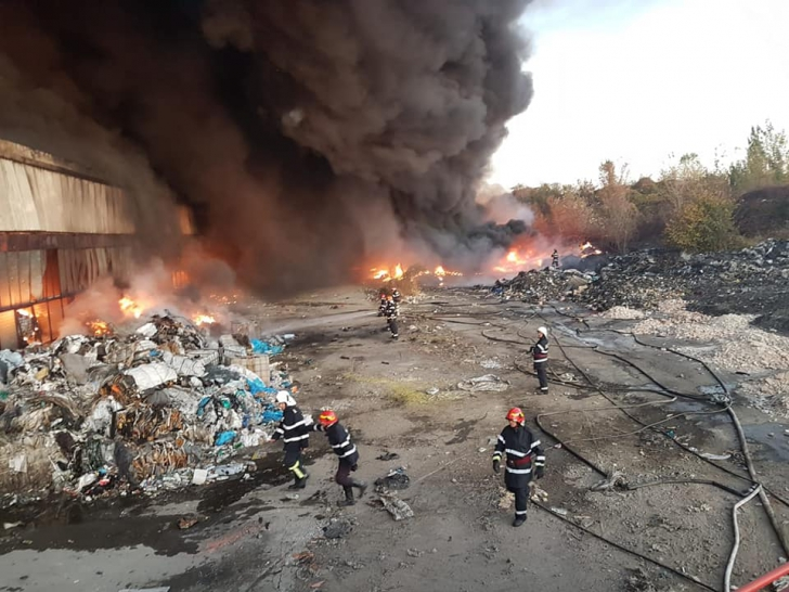 Fire in a plastic warehouse in Ploiesti. ISU requires people to stay in their homes! Photo: ISU Prahova