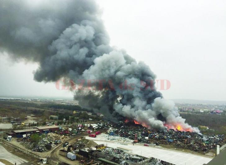 Focul de la depozitul auto din Craiova, stins după mai multe ore (VIDEO)