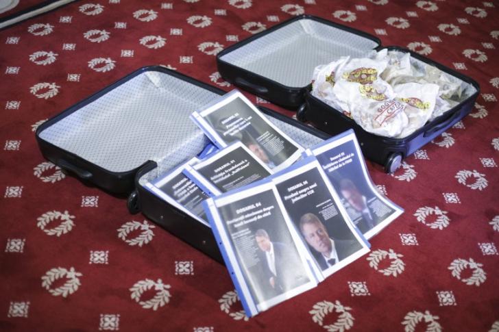 Liviu Dragnea a prezentat zeflemitor două valize. Ce conțineau