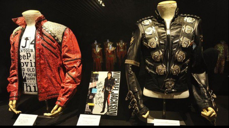 Jacheta purtată de Michael Jackson în turneul ''Bad'', vândută la licitaţie