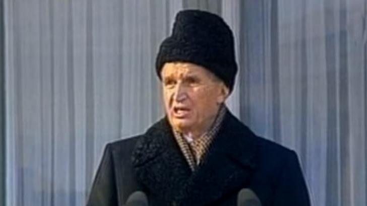 Nicolae Ceausescu vorbind multimii, in momentul in care s-a spart mitingul (21 decembrie 1989). Captura foto TVR
