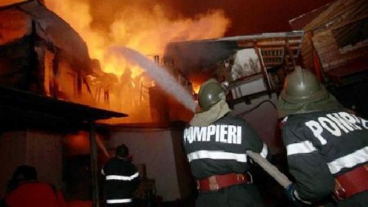 Un mort şi mai mulţi răniţi într-un incendiu, la Cernica