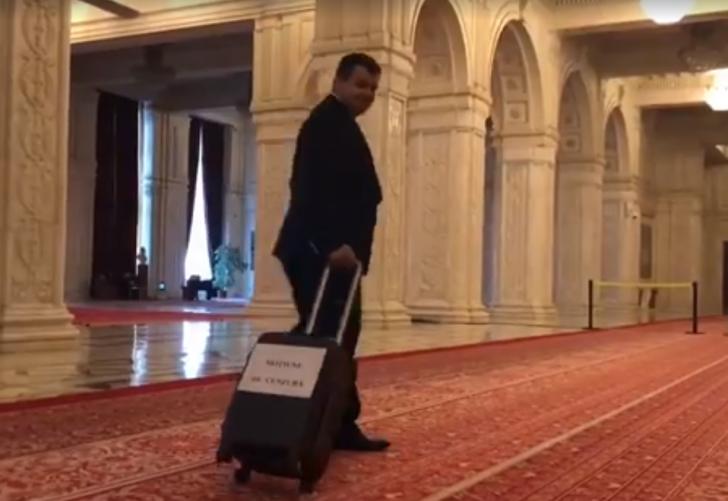 Şoc în parlament, a apărut o valiză cu moţiunea de cenzură! (VIDEO)